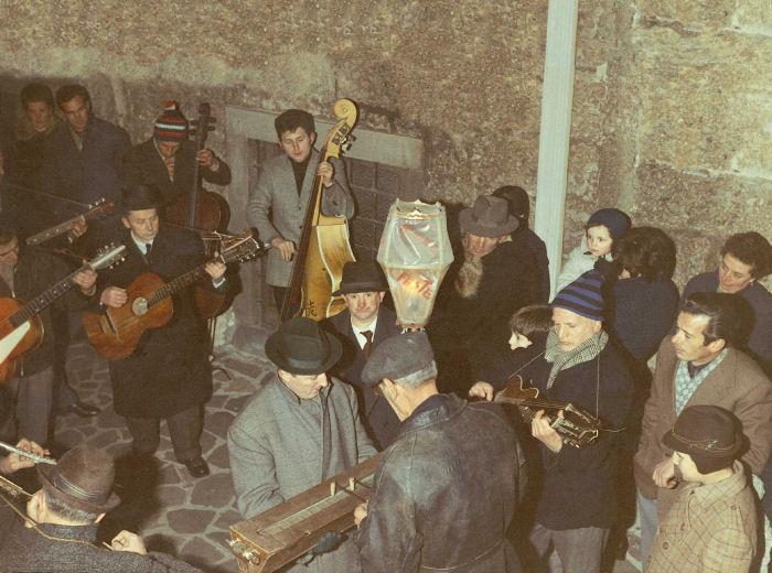 La Pastorela (fine anni '60). Il gruppo sul sagrato della Basilica, nella zona del battistero. Si notino in basso le antiche campanine con le barrette in vetro.