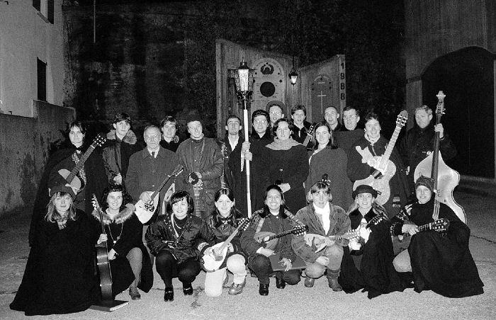 Foto di gruppi inizio anni '90 sul segrato della chiesa di Cirano