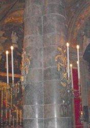 Mascheroni portacandele sulle colonne della Basilica