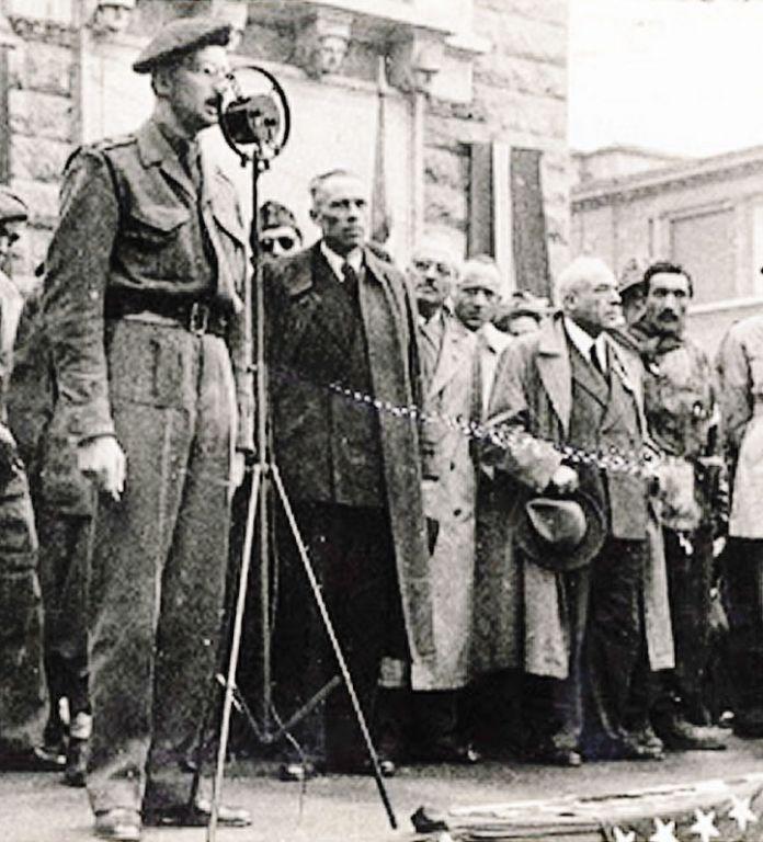 Comizio in piazza a Bergamo, sono i giorni della Liberazione: parla il colonnello inglese David  Morley-Fletcher, con lui sul palco gli esponenti del Comitato di liberazione nazionale