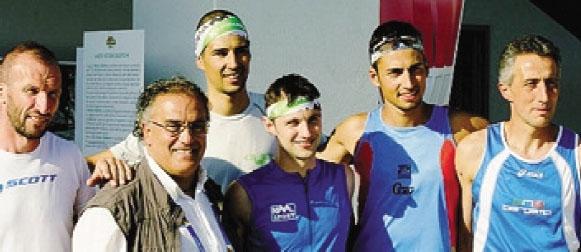 Gli atleti della «Corsa delle uova» con Oreste Castagna