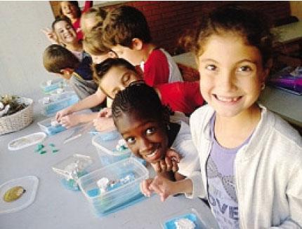 I piccoli della scuola primaria di Casnigo alle prese con gli esperimenti sull'acqua