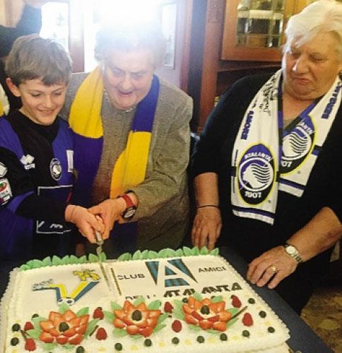 Il taglio della torta con le due nonne: Maria (86 anni) e Rosa (70)