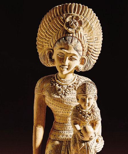 Una straordinaria Madonna con il bambino indonesiana cesellata nel legno
