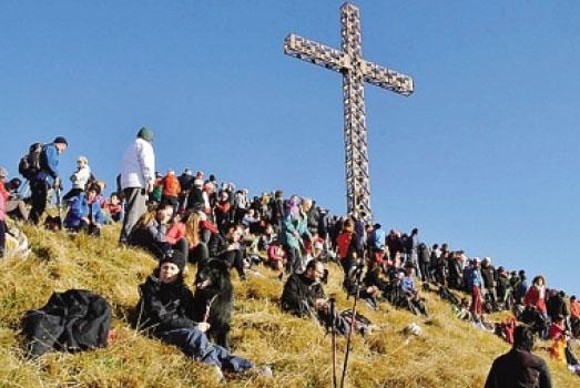 Gli escursionisti saliti ieri mattina al pizzo Formico per la tradizionale Messa di Capodanno