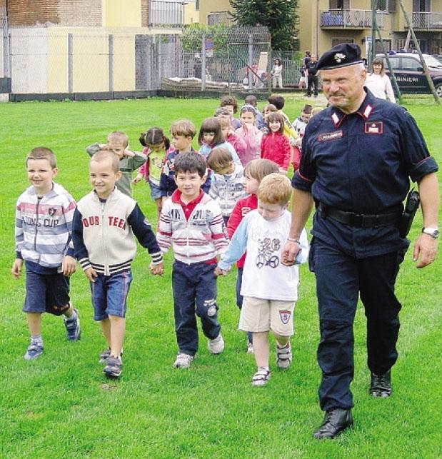 Il luogotenente Giovanni Mattarello mentre accompagna i bambini della scuola materna