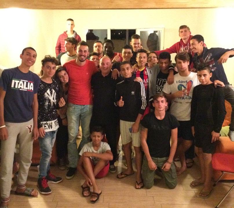 Don Burgio con i ragazzi della comunità Kayros