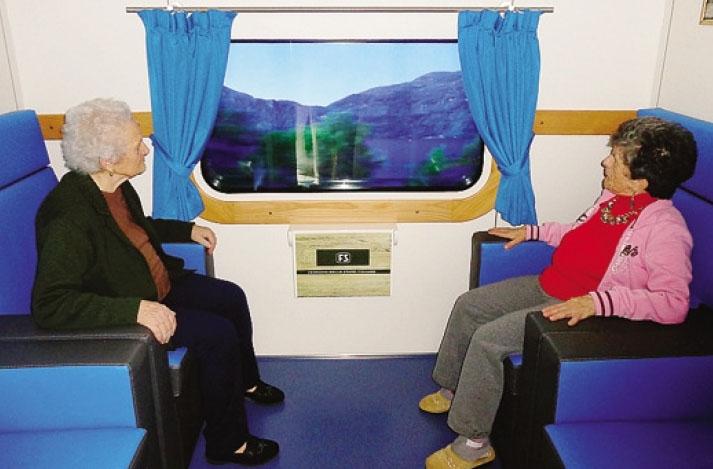 Due ospiti in viaggio sul treno terapeutico della casa di riposo di Gandino