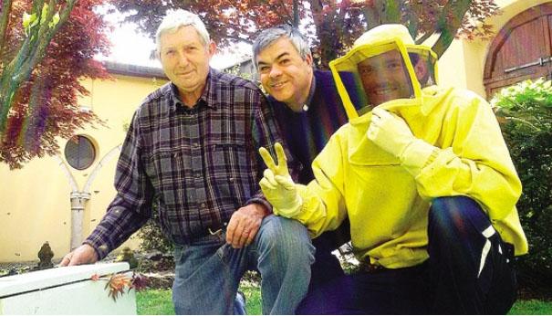 l recupero di uno sciame d'api nel Centro pastorale di Gandino. Da sinistra: Franco Parolini, don Innocente Chiodi e Giovanni Parolini