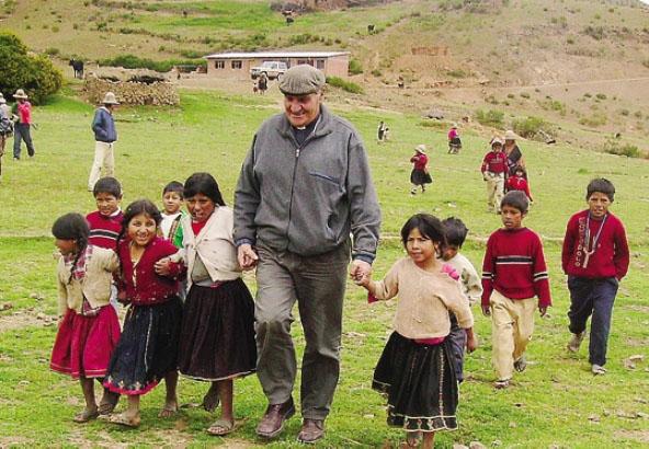 Monsignor Angelo Gelmi con un gruppo di bambini boliviani a Cochabamba