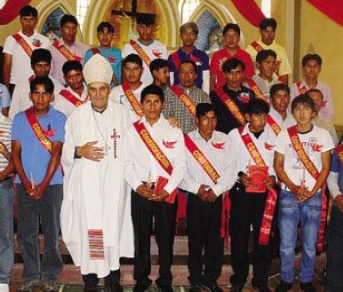 l vescovo in una foto recente con i giovani della diocesi boliviana