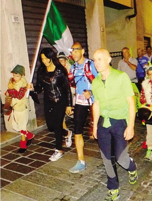 Oliviero Bosatelli attraversa la sua Gandino accompagnato dai tifosi