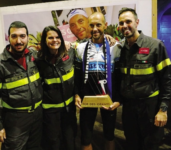 Bosatelli con il trofeo, insieme ad alcuni colleghi vigili del fuoco