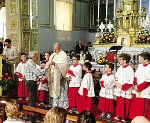 Un momento del saluto a don Guido Sibella nella parrocchiale