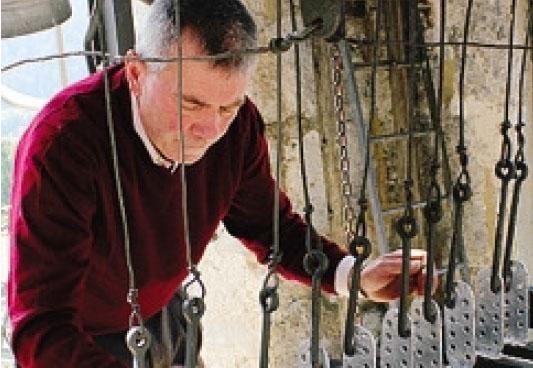 Lorenzo Anesa mentre suona le campane