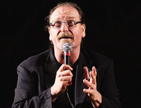 Flavio Oreglio ha alle spalle più di 30 anni di carriera, iniziata negli anni '80 nei locali sui Navigli milanesi