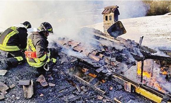 I vigili del fuoco in azione sul luogo dell'incendio