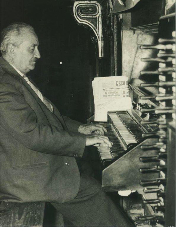 Il maestro Luigi Canali all'organo