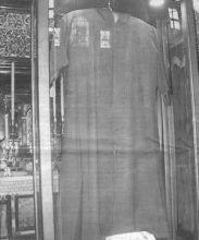 Il saio esposto nella chiesa parrocchiale di Gandino