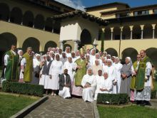 Le suore con monsignor Beschi al Capitolo generale di Gandino