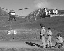 Sono stati impiegati anche tre elicotteri per spegnere l'incendio nel bosco di Gandino (foto Fronzi)