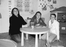 Le tre giovani che hanno aperto l'asilo nido di Gandino (foto Fronzi)