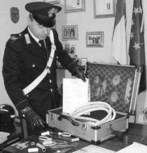 La valigetta piena di attrezzi per le riparazioni trovata dai carabinieri di Clusone (foto Fronzi)