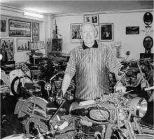 Piero Spampatti nel museo allestito nel seminterrato del suo stabilimento. Oltre alle moto raccoglie bici da corsa e strumenti musicali