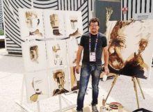 L'artista Ivano Parolini con i ritratti del nonno Giacomo Savoldelli che coltivò mais spinato
