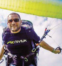 Diego Servalli, 46 anni e una straordinaria passione per il volo. Domani tutta Gandino gli darà l'ultimo saluto
