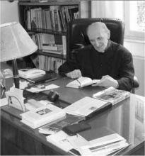 Monsignor Francesco Ghilardi nel suo studio in un'immagine dello scorso anno