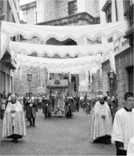 La processione del Corpus Domini è seguita da fedeli di tutta la Valle