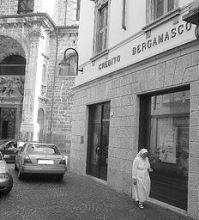 La banca rapinata in via Locatelli a Gandino (foto Fronzi)