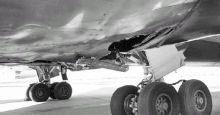 L'esplosione del motore destro ha aperto uno squarcio nella carlinga del Boeing 767, che è stato costretto a un rientro d'emergenza a Fiumicino (foto Ansa)