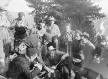 Una foto del '44 in cui Luigi Tarzia distribuisce il rancio ai suoi compagni