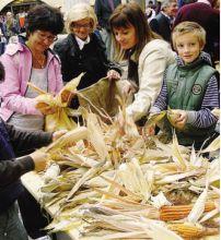 Una fase della scartocciatura del mais spinato di Gandino
