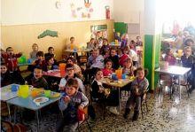 Un gruppo di alunni alla mensa scolastica