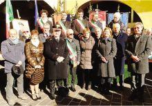 Il saluto dei sindaci al luogotenente dei carabinieri Giovanni Mattarello, che dopo 32 anni va in pensione