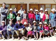 Monsignor Angelo Gelmi (il terzo da sinistra) tra i campesinos della Bolivia, dove era vescovo ausiliare
