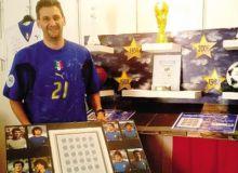 Leonardo Spampatti con alcuni dei cimeli in mostra a Gandino