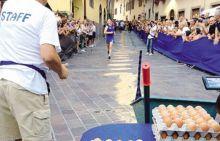 """Alessandro Noris ha vinto la sfida: cento uova raccolte in 41'02"""""""