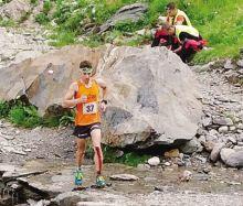 Alessandro Noris, di Gandino, di corsa con un ginocchio sanguinante