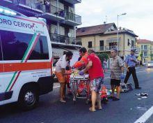 I soccorritori giovedì a San Bartolomeo al Mare dove una donna di Gandino è morta dopo essere stata travolta da una moto