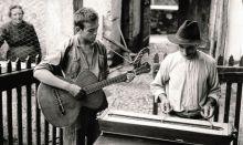 Quirino Picinali con le «campanine» nella foto scattata nel 1932 a Gandino da Paul Scheuermeier