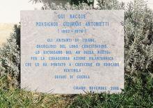 La lapide dedicata alle opere benefiche di monsignor Antonietti