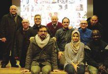 Foto di gruppo di sacerdoti e volontari alla serata interculturale